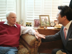 ▲Rev. Billy Graham met with Rev. Junghyun Oh, senior pastor of Sarang Church at the Billy Graham Library in Charlotte, North Carolina, 29 July 2008.