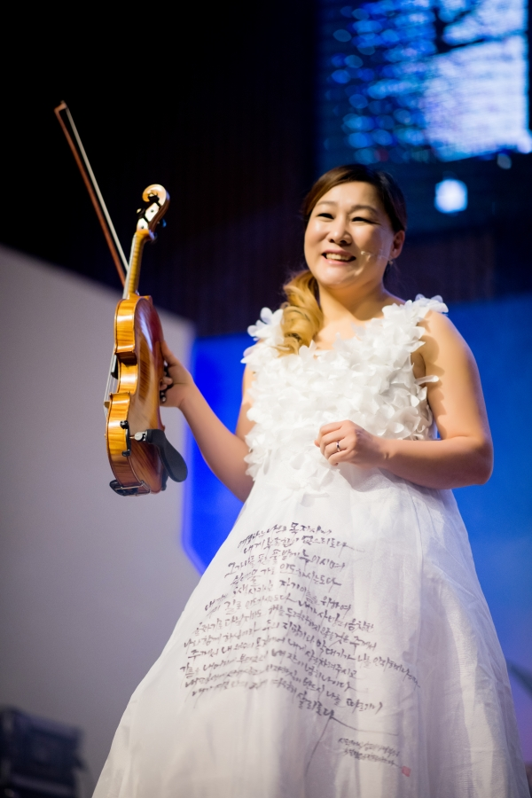 ▲Psalms written in the violinist's dress. ⓒⓒ PMF Hosting Committee