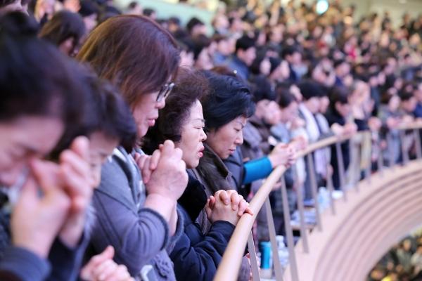 Church members are praying hard. ⓒSaRang Church