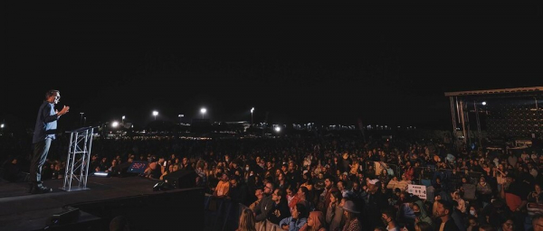 Andrew Palau preaching to thousands in Florida