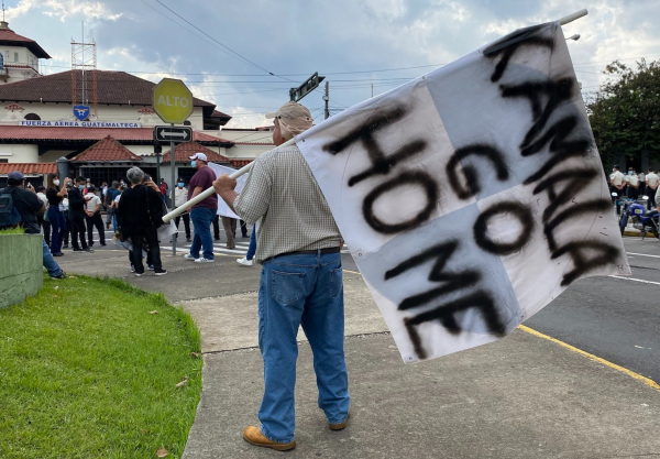 "Guatemalan protestors telling U.S. Vice-President Kamala Harris to ""go home"""